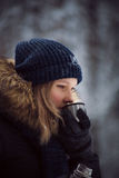 Чай питья девушки горячий от thermos Стоковые Фото