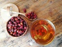 Чай плода шиповника на старом деревянном столе Стоковая Фотография RF