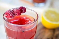 Чай поленики горячий с циннамоном, кориандром, лимоном и медом, очень вкусный и здоровый Стоковая Фотография