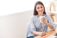 Чай положительной девушки выпивая Стоковые Изображения RF