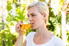 Чай привлекательной белокурой женщины выпивая Стоковые Изображения RF