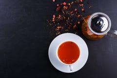 Чай плодоовощ с куском лимона Чай плодоовощ смеси травяной флористический с лепестками, сухими ягодами и плодоовощами Стоковое Фото
