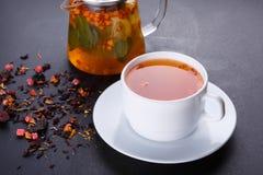 Чай плодоовощ с куском лимона Чай плодоовощ смеси травяной флористический с лепестками, сухими ягодами и плодоовощами Стоковые Фото