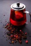 Чай плодоовощ с куском лимона Чай плодоовощ смеси травяной флористический с лепестками, сухими ягодами и плодоовощами Стоковые Изображения RF