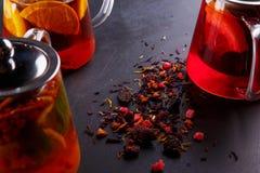 Чай плодоовощ с куском лимона Чай плодоовощ смеси травяной флористический с лепестками, сухими ягодами и плодоовощами Стоковые Фотографии RF