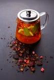 Чай плодоовощ с куском лимона Чай плодоовощ смеси травяной флористический с лепестками, сухими ягодами и плодоовощами Стоковая Фотография