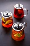 Чай плодоовощ с куском лимона Чай плодоовощ смеси травяной флористический с лепестками, сухими ягодами и плодоовощами Стоковое фото RF