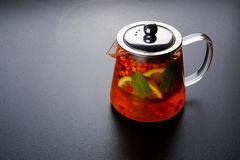 Чай плодоовощ с куском лимона Чай плодоовощ смеси травяной флористический с лепестками, сухими ягодами и плодоовощами Стоковые Изображения