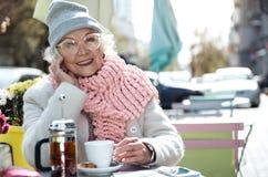 Чай радостной старухи выпивая в столовой внешней Стоковые Фотографии RF