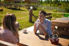 Чай радостных пар выпивая outdoors Стоковая Фотография RF