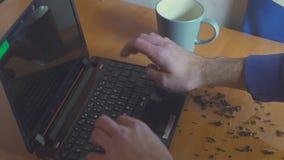 Чай разлитый над работая тетрадью акции видеоматериалы