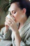 Чай расслабленной женщины выпивая на спа-курорте Стоковые Фотографии RF