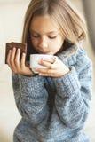 Чай ребенка выпивая Стоковое Изображение
