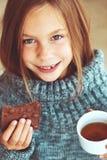 Чай ребенка выпивая Стоковые Изображения