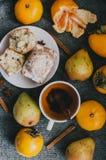 Чай, ручки циннамона, булочки, груши, анисовка звезды и хурмы Стоковые Изображения RF