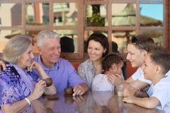 Чай семьи выпивая в кафе Стоковое Изображение