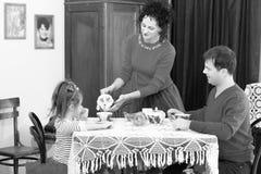 Чай семьи выпивая на таблице Стоковое Фото
