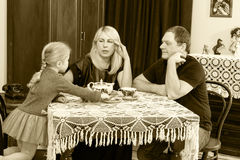 Чай семьи выпивая на таблице Стоковое Изображение