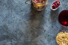 Чай сиропа варенья вишни гаек сосны завтрака утра элементов от бутонов цветка красных сушит розовую на серой каменной предпосылке Стоковая Фотография