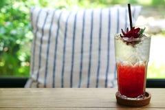 Чай со льдом Mocktail Roselle с чаем лимоном или sabdariffa гибискуса травяной чай Стоковое Изображение RF