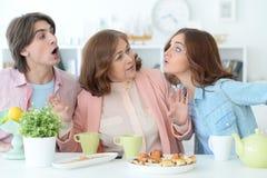 Чай счастливой семьи выпивая совместно Стоковые Фотографии RF