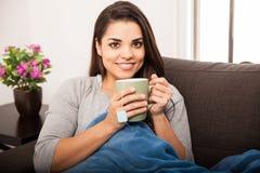 Чай счастливой девушки выпивая Стоковые Фотографии RF