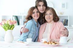 Чай счастливой семьи выпивая совместно Стоковое Фото