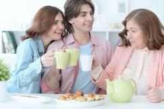 Чай счастливой семьи выпивая совместно Стоковые Изображения RF