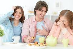 Чай счастливой семьи выпивая совместно Стоковая Фотография
