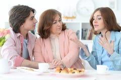 Чай счастливой семьи выпивая совместно Стоковые Изображения
