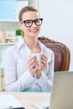 Чай славного женского работника офиса выпивая Стоковое Изображение RF