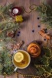 Чай с душистыми печеньями на деревянной предпосылке с украшениями рождественской елки стоковая фотография rf
