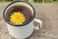 Чай сделанный от желтого одуванчика цветет officinale taraxacum внутри стоковое фото