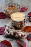 Чай с имбирем и медом, серебряным стеклом чая, красными листьями осени o Стоковые Изображения