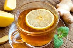 Чай с лимоном, имбирем, медом и мятой стоковое фото