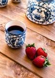 Чай с клубниками стоковая фотография