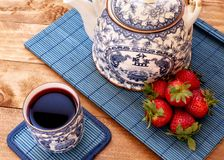 Чай с клубниками стоковое фото rf