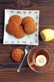 Чай с лимоном Печенья овсяной каши стоковые фотографии rf