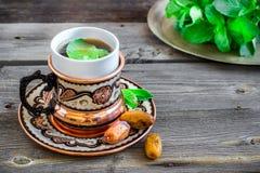 Чай с мятой в арабском стиле на деревянном столе Стоковые Изображения RF