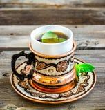 Чай с мятой в арабском стиле на деревянном столе Стоковые Фото