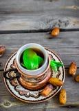 Чай с мятой в арабском стиле на деревянном столе Стоковое фото RF