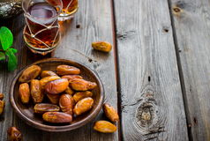 Чай с мятой в арабском стиле на деревянном столе Стоковые Изображения