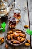 Чай с мятой в арабском стиле на деревянном столе Стоковая Фотография RF