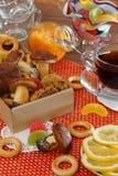 Чай с домодельными печеньями, оранжевым вареньем, бейгл и лимоном Стоковые Фотографии RF