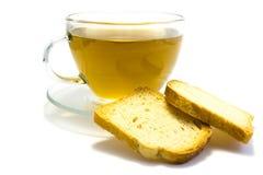 Чай с сухарем изолированным на белой предпосылке стоковая фотография rf