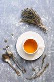 Чай с тимианом Травяной чай в белой чашке на серой предпосылке, взгляд сверху Плоское положение Стоковые Фото
