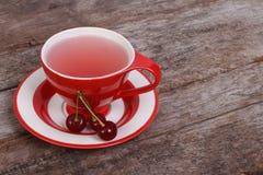 Чай с ягодами вишни на старой деревянной доске Стоковые Изображения RF
