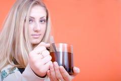 чай удерживания девушки чашки стоковая фотография