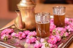 Чай украшенный с цветками роз Стоковые Изображения RF