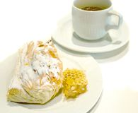 Чай утра Завтрак-черный с слойкой и медом Стоковые Фотографии RF